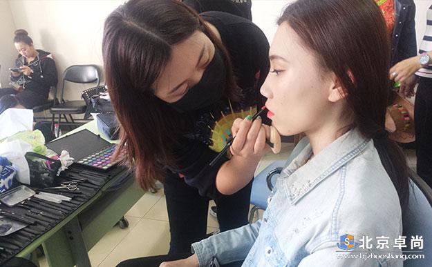 卓尚化妆学校担任北医三院藏族舞蹈化妆工作